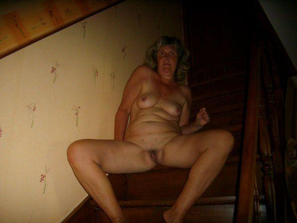 martine pute baise dans l escalier